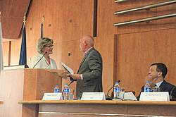 Photo showing IUFRO Anniversary Certificate being handed over by Dr. Elena Paoletti to General Director of the institute Romică Tomescu. Copyright: Marin Dracea INCDS